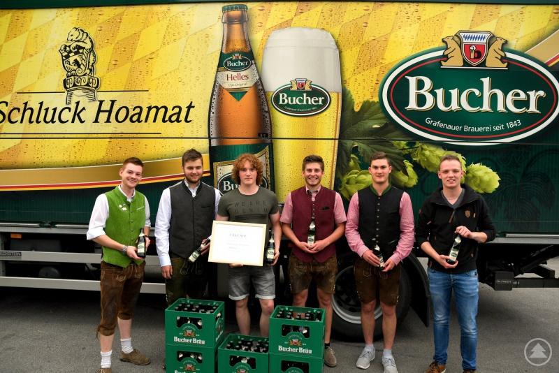 Gewinnübergabe bei der Brauerei Bucher Bräu in Grafenau. v. l.: Erich Rosenberger (Maibaumstehlen), Maxi Oberneder, Simon Lerchl, Luca Bauer, Patrick Kristl und Anton Wiedemann (Bucher Bräu).