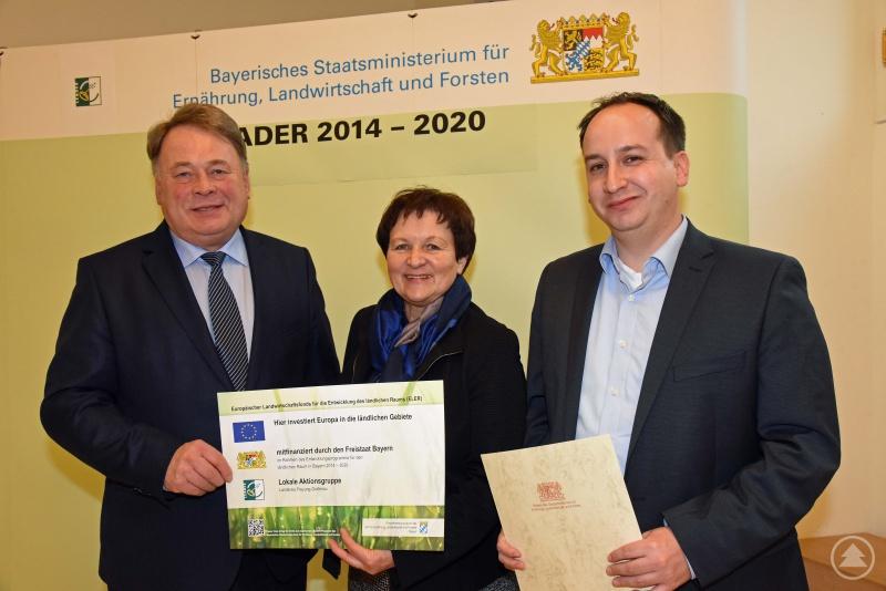 Die LAG-Vorsitzende Renate Cerny und LAG-Geschäftsführer Tobias Niedermeier freuen sich über zusätzliche LEADER-Mittel in Höhe von 300.000 Euro die von Bayerns Landwirtschaftsminister Helmut Brunner (links) zugesagt wurden.