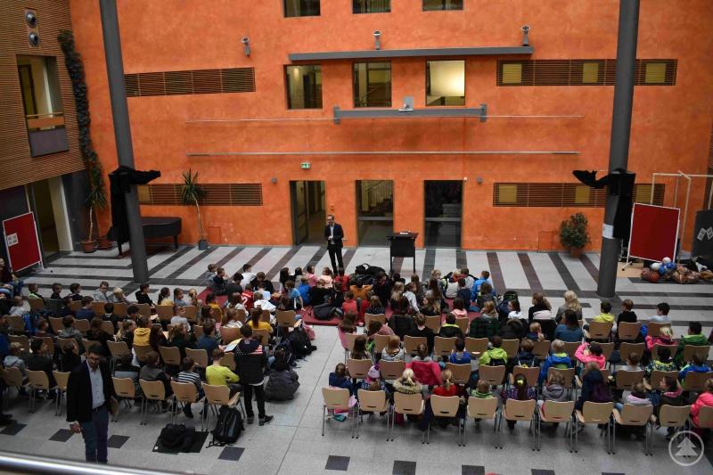 Der stellvertretende Schulleiter, StD Andreas Schewiola, eröffnet den Weltvorlesetag.
