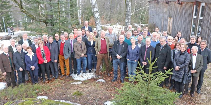 Der Großteil der Ehrenkolloquium-Teilnehmer versammelte sich am Ende noch zum Gruppenfoto vorm Hans-Eisenmann-Haus.