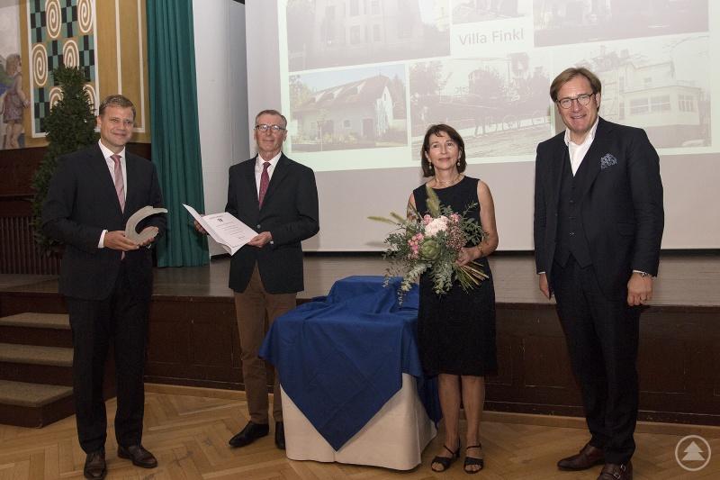 von links: Bezirkstagspräsident Dr. Olaf Heinrich, das Ehepaar Annegret und Dr. Rudolf Finkl, Bezirkstagsvizepräsident Dr. Thomas Pröckl
