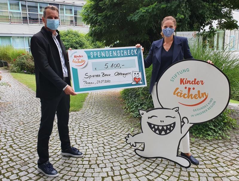 (v.l.) Andreas Raitner, Leiter der Sparda-Bank-Filiale Passau, freute sich sehr darüber, im Namen der Kunden den Spendenscheck über 5.100 Euro an Dr. Maria Diekmann, Stiftungsvorstandsvorsitzende der Stiftung Kinderlächeln, übergeben zu dürfen.