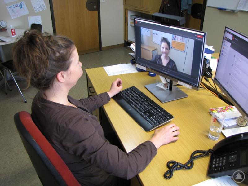 Die Pädagogin Elisabeth Hullard-Pulstinger beim Testen der Videokonferenz für die künftige Online-Beratung der KoKi.
