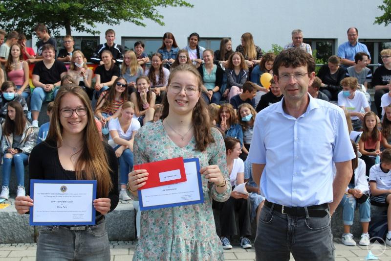 Schulleiter Christian Zitzl mit den zwei anwesenden Preisträgerinnen, Elena Putz (Q12) und Lea Kremsreiter (Q11)
