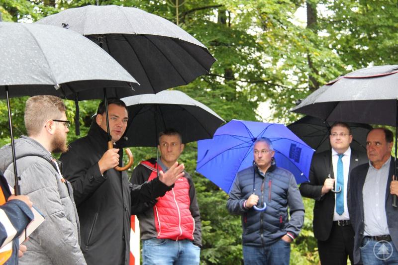 Die Sanierung der Nationalparkstraße präsentierte Landrat Sebastian Gruber (zweiter von links) dem Bauausschuss bei einem Besuch der Baustelle nahe Hohenau. Bürgermeister Josef Gais (blauer Schirm) zeigte sich von den Maßnahmen überzeugt. Mit vor Ort waren auch Jens Fryda (1. v. links) Tassilo Pichlmeier (3. v. links), Christoph Weishäupl und Max Haidl (beide ganz rechts).