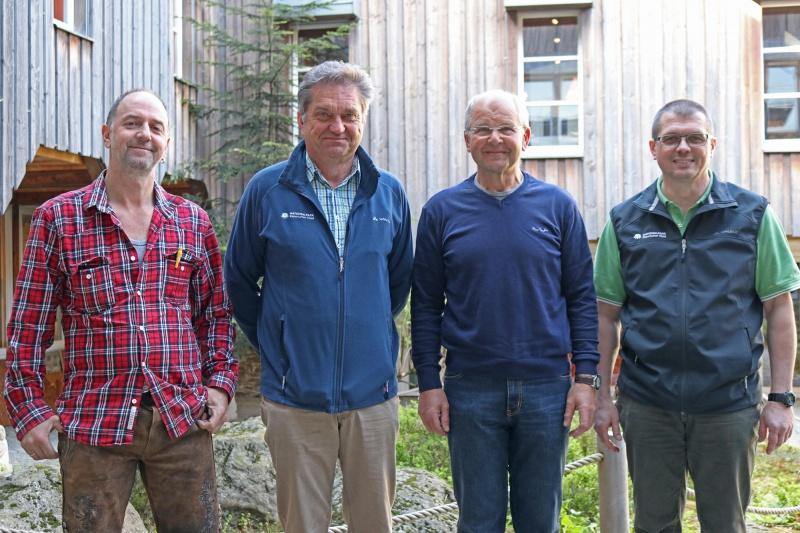 Gratulationen zu ihren runden Geburtstagen gab es für Fritz Kellermann (2.v.r.) und Otto Widera (l.) von Nationalparkleiter Dr. Franz Leibl (2.v.l.) und Personalratsvorsitzendem Hans Höcker.