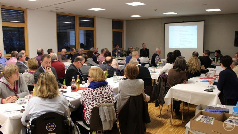 Die Teilnehmer verfolgen interessiert die Vorträge.