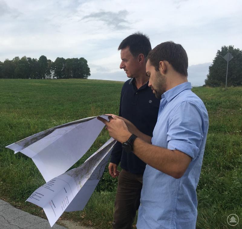 Dr.Christain Thurmaier und Erik Artmann (beide Amt für Ländliche Entwicklung Niederbayern) begutachteten auf einer Rundreise durch die ILE Ilzer Land die Wege.