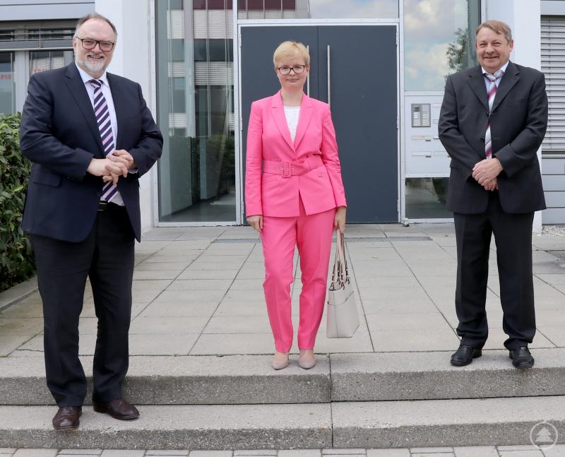 Oberbürgermeister Jürgen Dupper (Foto, links) und der amtierende WGP-Geschäftsführer Werner Stadler empfangen Andrea Gais am Unternehmenssitz.