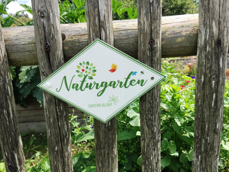 Mit einem Email-Schild können die Gartenbesitzer nun auf ihren Naturgarten hinweisen.