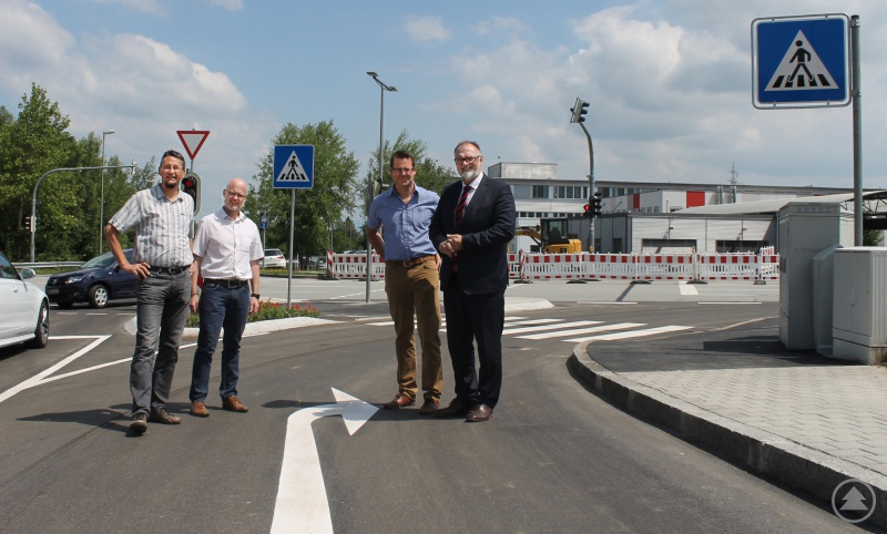 Oberbürgermeister Jürgen Dupper (rechts) mit Baureferent Wolfgang Seiderer (2. von links) und den zuständigen Dienststellenleitern Mathias Löwe (2. von rechts) und Michael Brockelt bei der Begutachtung der neuen Rechtsabbiegespur.