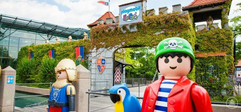 """""""Menschengroße Figuren warten im Playmobil-Funpark."""""""