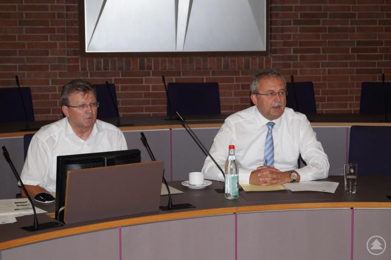Klaus Achatz (links) gemeinsam mit Landrat Josef Laumer beim ersten Treffen der Fairtrade-Steuerungsgruppe.