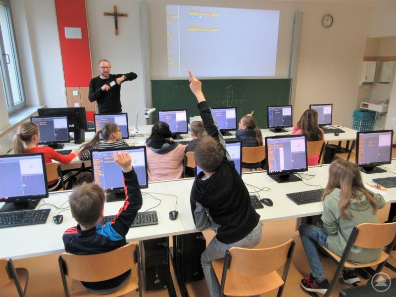 Wie kriegt man den digitalen Fuchs dazu, sich nach oben zu bewegen? Mit Begeisterung steuerten die Grundschüler ihre Ideen bei und lernten eine kleine Anwendung zu programmieren.