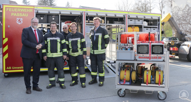 Erfreut begutachten Oberbürgermeister Jürgen Dupper (links) sowie Stadtbrandrat Andreas Dittlmann (von rechts), Manfred Fasching (Löschzug Hauptwache), Alexander Kornexl (Leiter der Feuerwehrfachwerkstätte) und Toni Rang (Löschzug Hauptwache) den neuen Abrollbehälter.