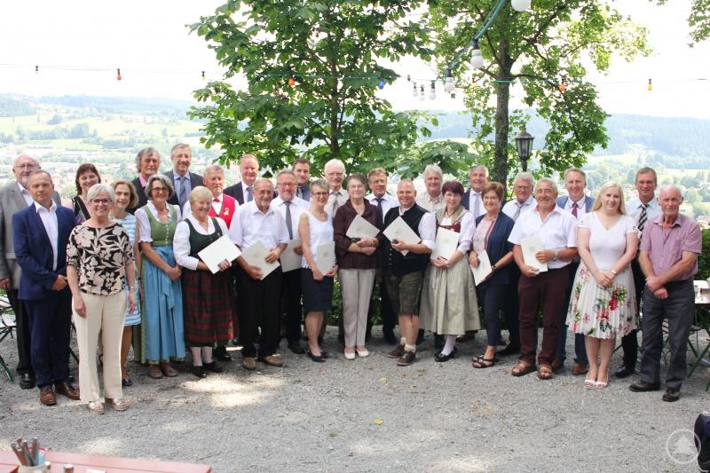 Die Ausgezeichneten mit Landrätin Rita Röhrl, ihren Stellvertretern, Büroleiter Günther Weinberger und Landkreismitarbeiterin Maria Dannerbauer sowie den Ortsbürgermeistern, die ebenfalls zur Ehrung gekommen waren.