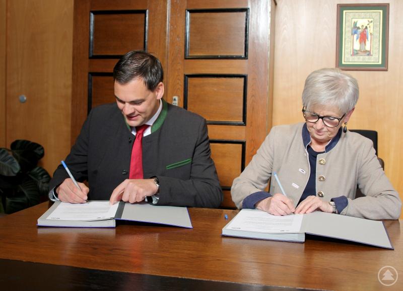 """Am Freitagmorgen, 13. September, unterschrieben die Landräte Rita Röhrl und Sebastian Gruber die Kooperationsvereinbarung """"5G Innovationswettbewerb im Rahmen der 5x5G Strategie""""."""