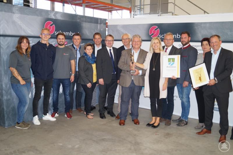 Große Freude bei der schambeck group über den Großen Preis des Mittelstands. Landrat Josef Laumer (4. von rechts), MdL Josef Zellmeier (7. von links) und Oberschneidings Bürgermeister Ewald Seifert (4. von links) überbrachten persönliche Glückwünsche.