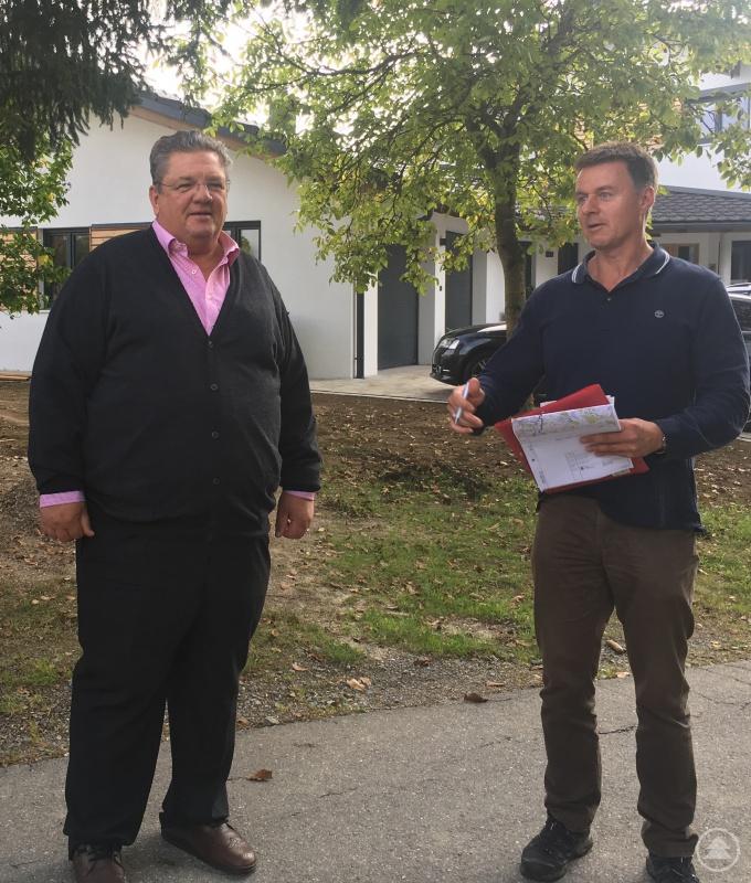 Der Grafenauer Bürgermeister Max Niedermeier und Dr. Christian Thurmaier, Amt für Ländliche Entwicklung besprechen die Wegsituation in Haus im Wald.