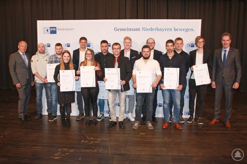 Den Absolventen des Landkreises gratulierten IHK-Präsident Thomas Leebmann (links) und IHK-Hauptgeschäftsführer Alexander Schreiner (rechts).