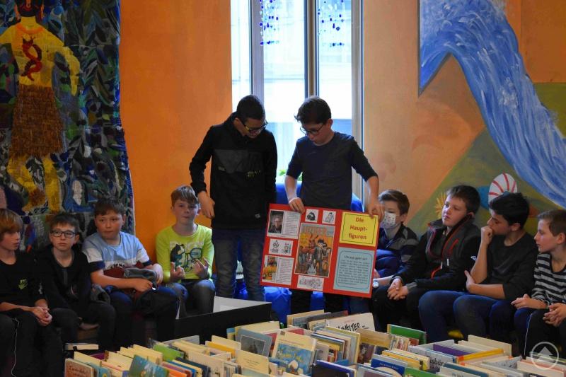 Sogar Schüler der Unterstufe betätigen sich begeistert als Vorleser und unterhalten Schüler*innen der Grundschule am Haidweg.
