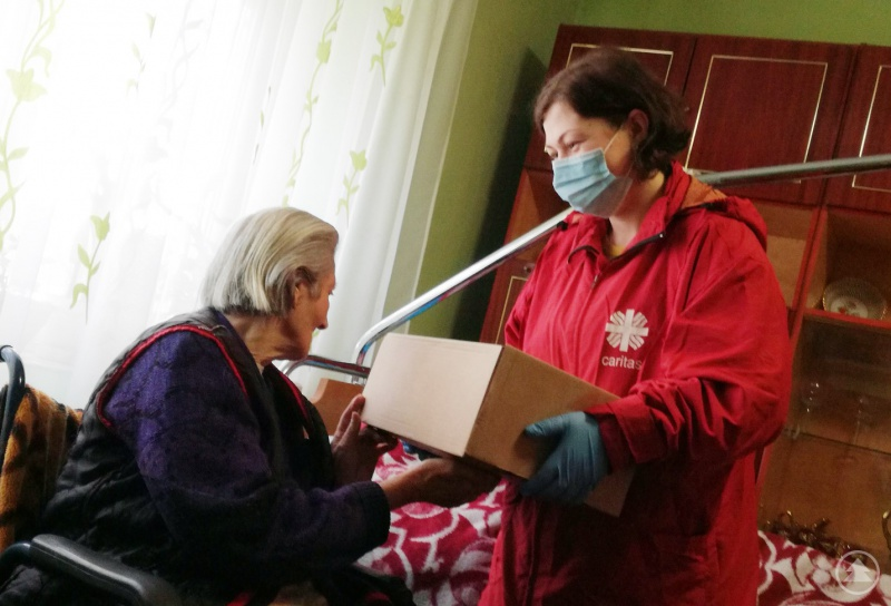 """""""wunschzettel.zone"""" heißt: Miteinander Wünsche erfüllen und damit lebenswichtige Hilfe leisten. Eine Mitarbeiterin der Caritas-Hauskrankenpflegestation Satu Mare übergibt ein aus Passau finanziertes Lebensmittelpaket."""