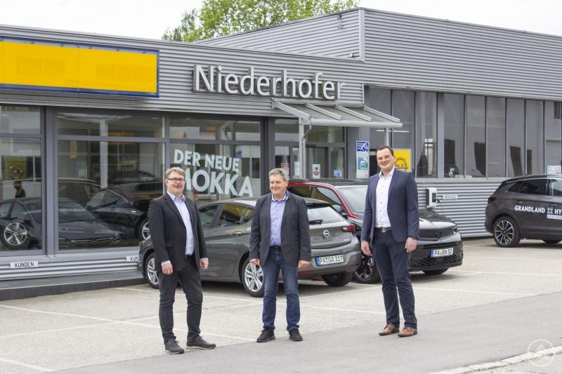 AHS Geschäftsführer Steffen Schweizer zusammen mit Inhaber Ludwig Niederhofer und neuem Filialleiter Dominik Prager bei der Firmenübernahme.
