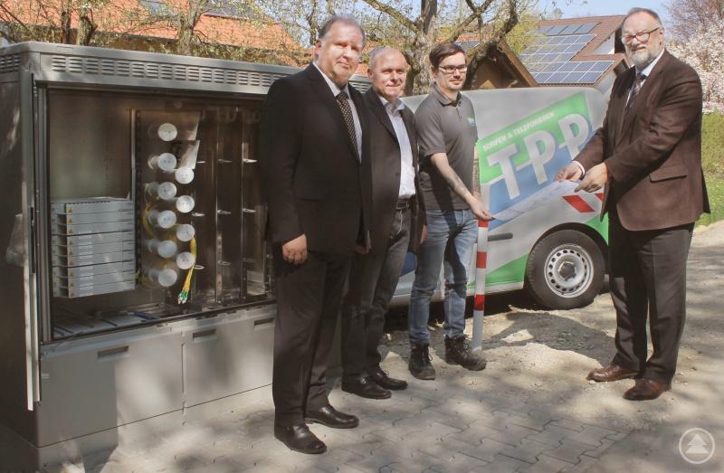 Oberbürgermeister Jürgen Dupper (rechts) mit (von links) den Geschäftsführern der Telepark Passau GmbH, Uwe Horn und Thomas Greiner, sowie Bauleiter Kristoph Poppenwimmer bei der Begutachtung der Ausbaupläne am Knotenpunkt an der Schulstraße.