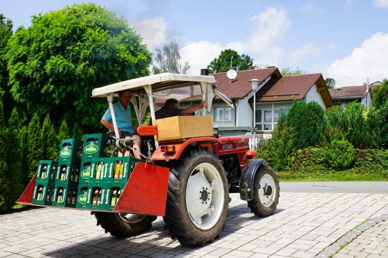 Glückliche Gewinner: Roslinde Praml und ihr Ehemann bringen mit ihrem Traktor den Gewinn nach Hause.