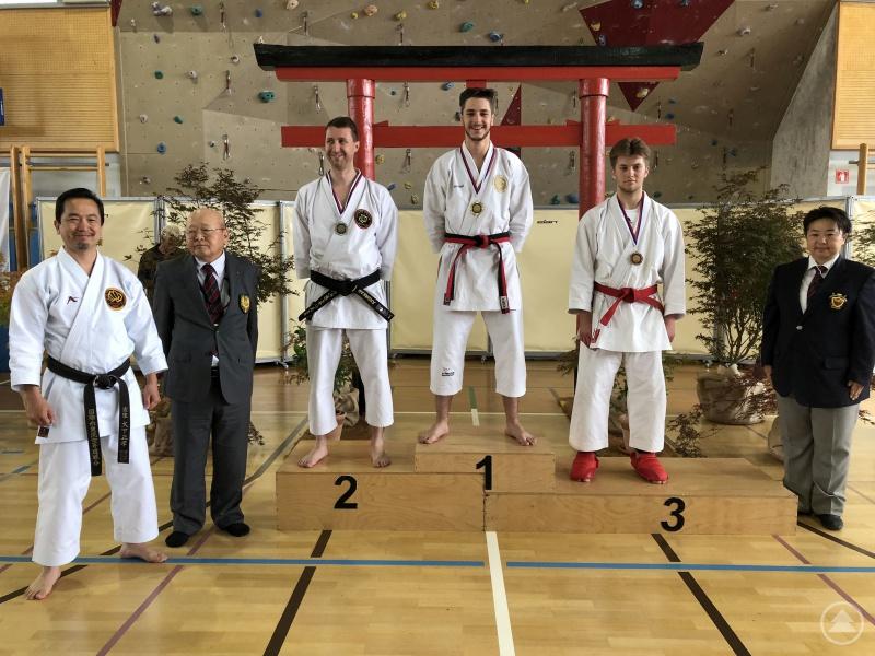 Siegerehrung Kata Männer (v. l.): mit Masataka Ohshita (9.Dan), Teruo Mimoto (10. Dan), Andreas Spachtholz (2. Platz, Cham), Fabian Medl (1. Platz Kata, Röhrnbach), Berke Demir (3. Platz, Cham) und Emma Masayasu (6. Dan, Kampfrichterin)