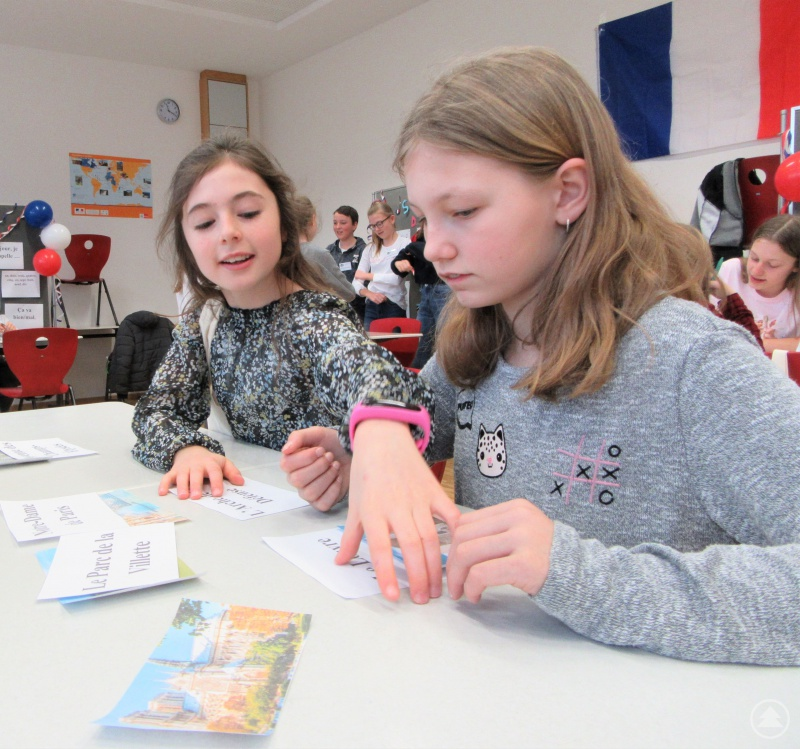Begeistert suchten diese beiden Grundschülerinnen nach Pariser Sehenswürdigkeiten.