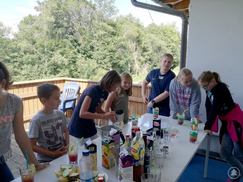 Die Jugendlichen hatten viel Spaß beim Cocktailmixen im Jugendtreff.