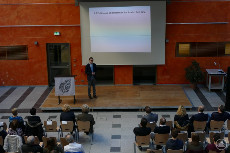 Maximilian Sammer während der Präsentation seiner W-Seminararbeit.