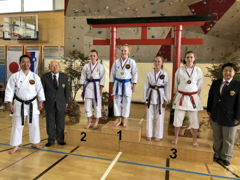 Siegerehrung Kata Mädchen (v. l.): mit Masataka Ohshita (9.Dan), Teruo Mimoto (10. Dan), Elena Memminger (2. Platz, Grafenau), Natasa Gamova (1. Platz Kata, Slowakei), Simone Binner (3. Platz, Cham), Glorija Pas (3. Platz, Slowenien) und Emma Masayasu (6. Dan, Kampfrichterin)