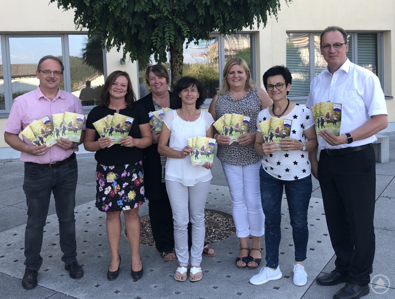 Die beiden Bürgermeister, die für das Jugendnetzwerk verantwortlichen sind Christian Süß (l.) und Martin Behringer (r.) freuen sich zusammen mit den Jugend- Beauftragten der Ilzer Land Gemeinden über den neuen Ferienkalender.