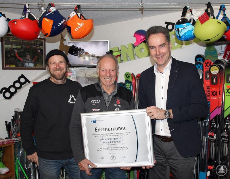 v.r.: IHK-Hauptgeschäftsführer Alexander Schreiner überreichte die Ehrenurkunde an Heinz Eichinger und seinen Sohn, Heinz Eichinger junior.