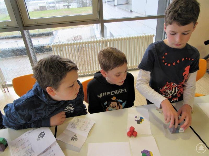 """Vorstellungsvermögen brauchten die Schüler, wenn sie die vorgegebenen Figuren in dem Würfel legen und sich den Stempel für die Station """"Mathe"""" verdienen wollten."""