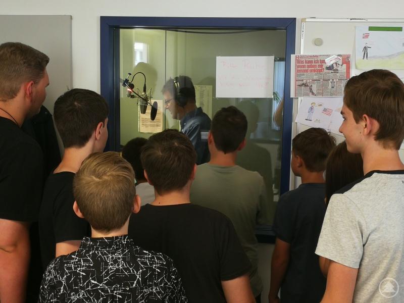 Fasziniert und mucksmäuschenstill schauten die Freyunger Schülerzeitungsredakteure zu, als Moderator Tobias Dörges um 11:30 Uhr live die regionalen Nachrichten im BR1 verlas.