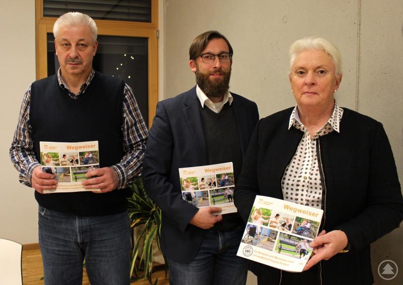 Albrecht Bayer, Christian Fiebig (beide Landratsamt Freyung-Grafenau) und Anna Mitterdorfer (v. l.) mit dem Wegweiser für Senioren und Menschen mit Handicap.
