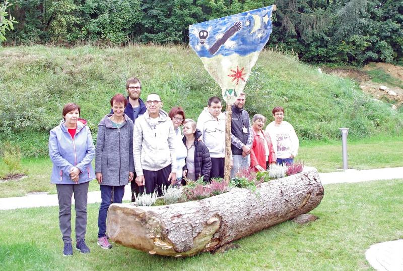 Die acht Bewohner des früheren Spiegelauer Caritas-Wohnheims bepflanzten gemeinsam mit den Nationalpark-Praktikanten das Holzboot.