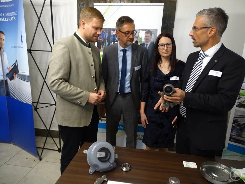 Rund 100 Aussteller aus Bayern und Böhmen präsentierten sich auf der Unternehmensbörse – im Bild die Firma Heyco, über die Werkleiter Metall, Daniel Schmidbauer (r.), informierte.