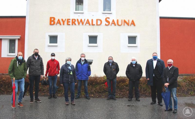 Der Zwieseler CSU-Fraktionssprecher im Stadtrat, Walter Unnasch (3. v. rechts), informiert die Freyunger Stadträte Norbert Kremsreiter (CSU; 1. v. links), Christoph Endl (CSU; 2. v. links), Sebastian Weber (JWU; 3. v. links), Johanna Kössl (CSU; 4. v. links), Otto Christoph (CSU; 4. v. rechts), Christoph Weishäupl (JWU; 2. v. rechts) und Paul Brunner (CSU; 1. v. rechts) über die Bayerwald-Sauna sowie deren Betriebsmodell.