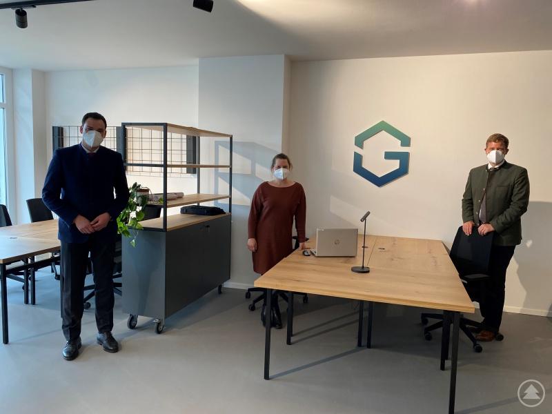 Landrat Sebastian Gruber (links) und Stephanie Fichtl, Geschäftsführerin des GreG FRG, begrüßen den Bürgermeister von Freyung, Dr. Olaf Heinrich, im neuen Grenzüberschreitenden Gründerzentrum.