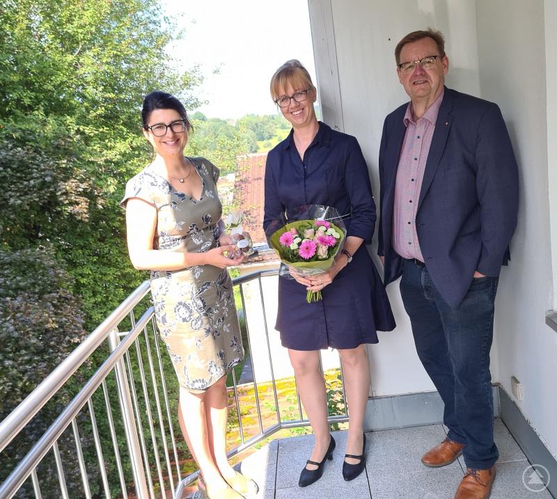Gratulation durch den Vorstand bei einer kleinen Feierrunde an der Geschäftsstelle (v.li.): Alexandra Aulinger-Lorenz (Hauptberuflicher Vorstand), Dr. Kristina Saumweber und Josef Bauer (Geschäftsführender Vorstand).