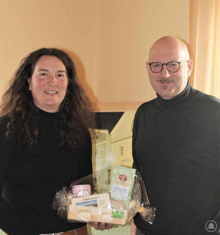 Der 1. Vorsitzende des Vereins Ilzer Land Manfred Eibl wünscht Corinna Ullrich für ihre weitere engagierte Tätigkeit in Sachen Ökomodellregion alles Gute.