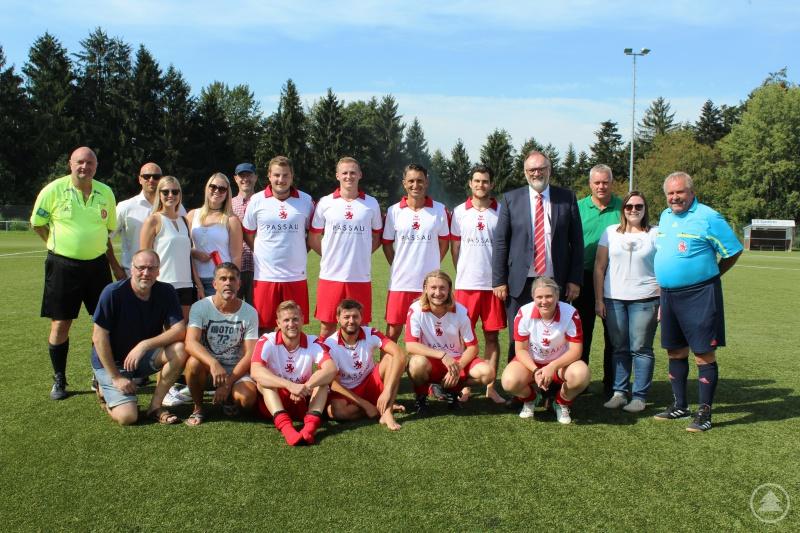 Oberbürgermeister Jürgen Dupper (hinten 4.v.r.) freut sich mit der Mannschaft der Stadt Passau um Coach Christian Fredl (hinten 6.v.r.) sowie der Turnierleitung Michael Schmitt (hinten 2.v.l.) und Rudolf Kocher (hinten 3.v.r.) über die gelungene Veranstaltung.