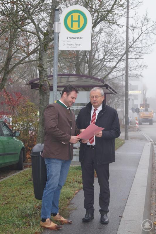 Wirtschaftsrefent Martin Köck (links) und Landrat Josef Laumer freuen sich auf das Pilotprojekt Azubi-Bus.