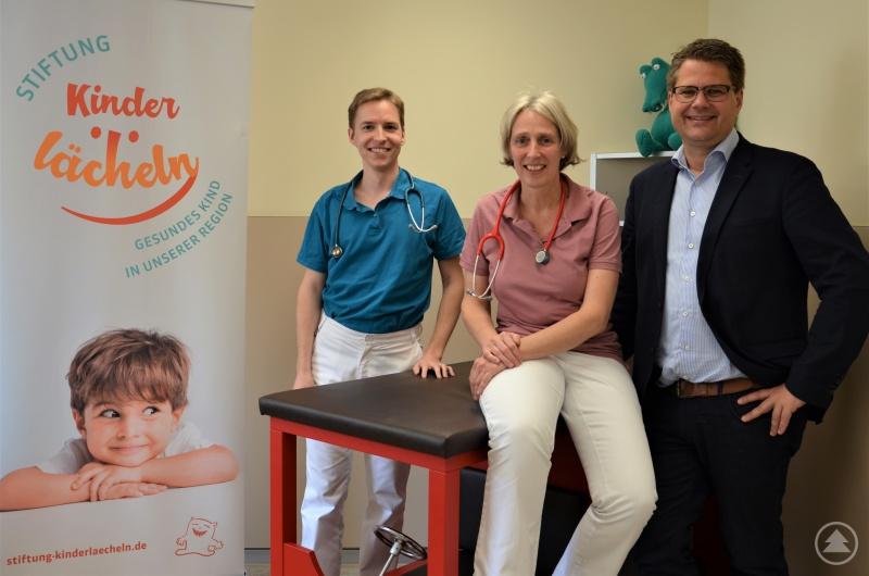 (v.l.) Assistenzarzt Michael Neugebauer, Kinderärztin Dr. Angela Pfeffer und Kinderklinik-Chefarzt Prof. Dr. Matthias Keller.