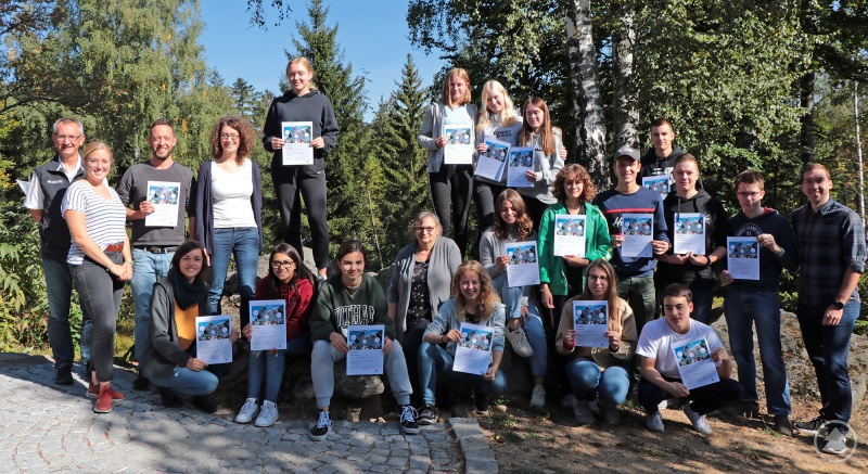 Als Erinnerung an die Woche im Bayerischen Wald händigten Vertreter des Nationalparks und der Firma esri den 15 Schülern und ihren beiden Lehrern Zertifikate aus.