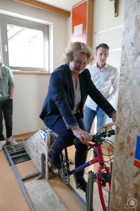 Begeistert testet die Parlamentarische Staatssekretärin Rita Hagl-Kehl das umweltfreundliche Fahrrad.
